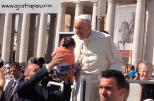 Pope Francis kissing the baby